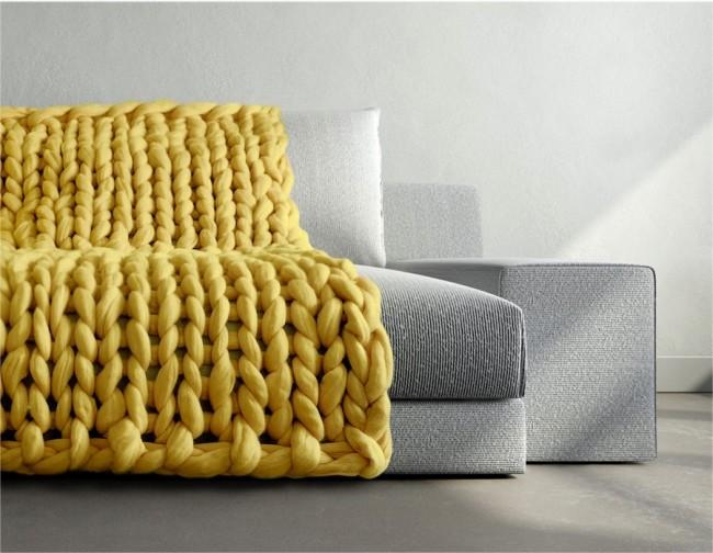 Оригинальная накидка на диван, связанная из гигантской пряжи