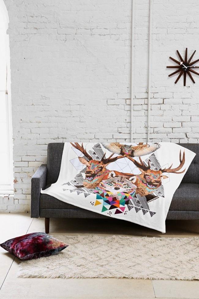Tumblr-стайл в интерьере: серый джинсовый диван, украшенный оригинальным покрывальцем с со стилизованными животными