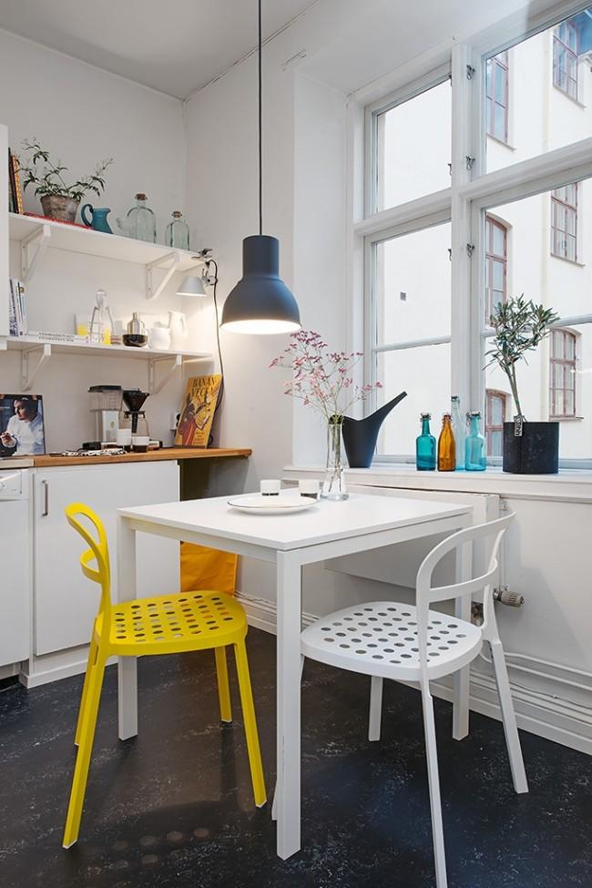 Удобное и практичное расположение маленького столика у окна