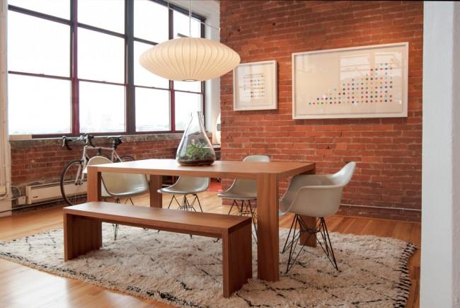 Обеденный стол в виде острова, в просторной кухне