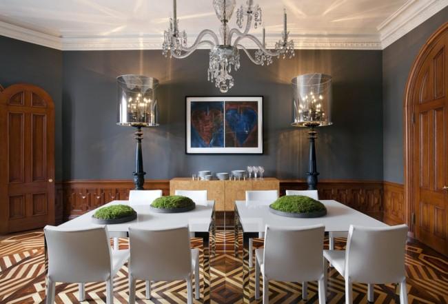 Обеденные столы, расположенные в виде острова, в гостиной комнате