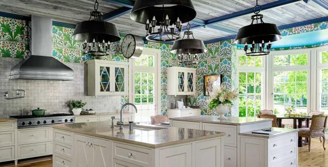 Декоративный орнамент обоев, лаконичная гамма, встроенная техника, обеденное место из натуральных материалов – отличная идея для кухонного интерьера