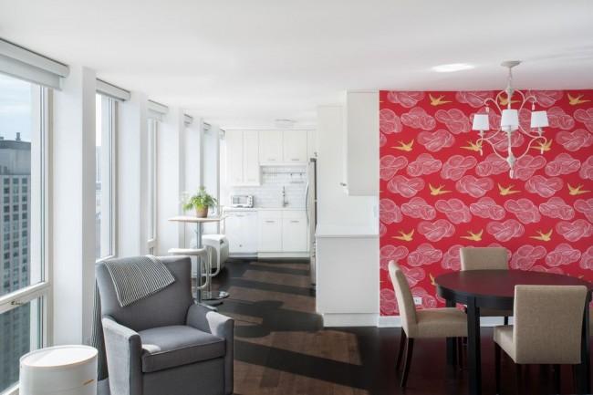Яркая центральная стена на современной кухне