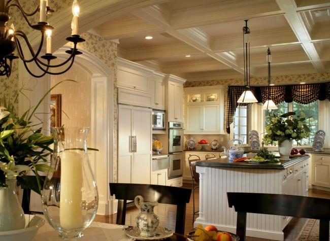 Классический пример кухни в стиле кантри с бежевыми обоями, украшенными растительными мотивами