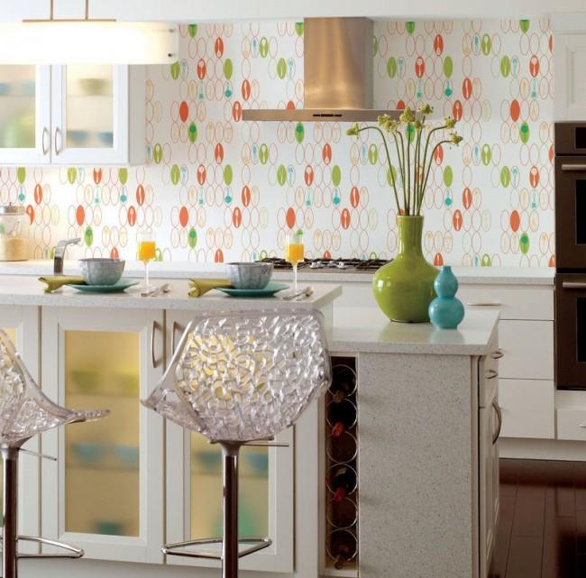 Если внимательно присмотреться к обоям на кухне, то можно рассмотреть актуальные для кухни изображения столовых приборов