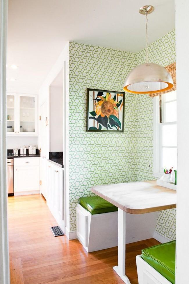 Сочетание белого и зеленого с цветом натуральной древесины в кухонном интерьере создает впечатление современного эко-дизайна