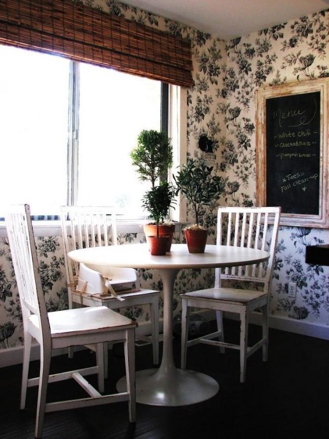 Еще один пример романтичной обстановки на кухне. Цветочный принт на обоях как нельзя кстати