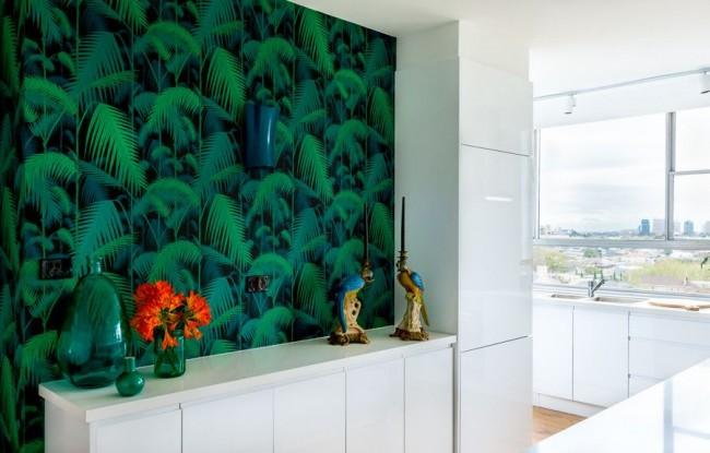 Яркий контраст на фоне белой глянцевой кухонной мебели