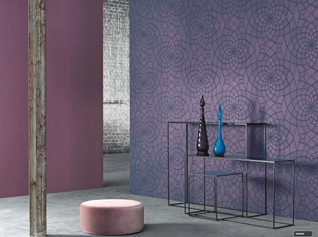 Необычное решение для коридора - фиолетовые обои с калейдоскопичным рисунком и однотонные, отличающиеся на три-четыре тонарешение для коридора - фиолетовые обои с калейдоскопичным рисунком