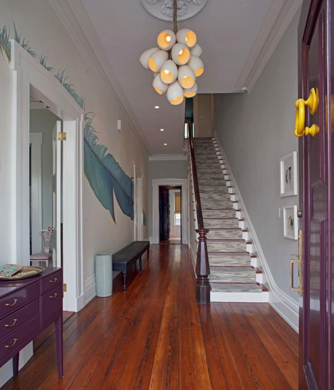 Нейтральную обстановку небольшого холла можно разбавить неожиданными вставками, яркими и почти психоделичными, как рисунок на всю стену на фото