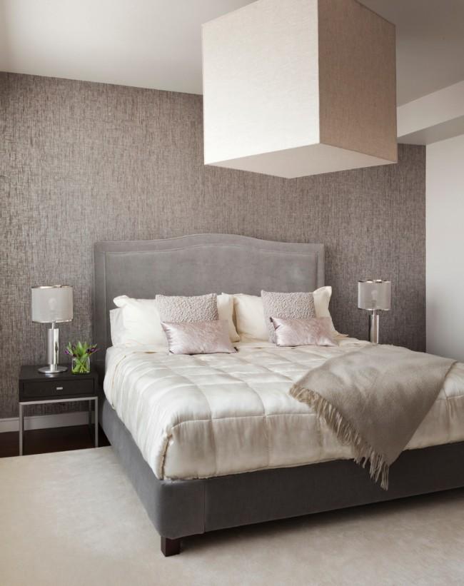 Прекрасно подходят для отделки стены у изголовья бамбуковые и тканевые покрытия