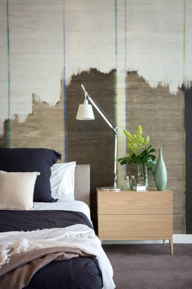 Необычные обои в стиле гранж дополнят белоснежные стены и кардинально поменяют внешний вид спальни