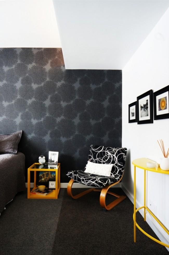 Черный крупный растительный рисунок на темно-сером фоне: коллекция Jealous walls от Hookedonwalls