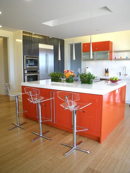 Оранжевый кухонный остров станет доминантой на кухне и выгодно подчеркнет имеющееся пространство
