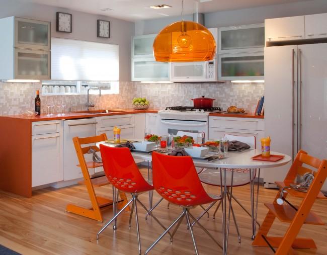 Оранжевый обширно применяется в формировании интерьера кухни - особенно это касается панелей и небольших аксессуаров