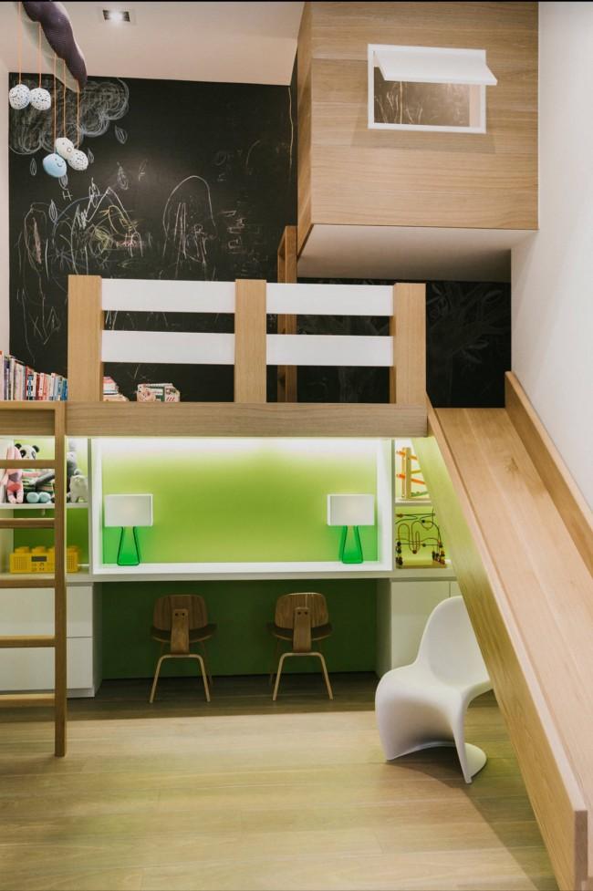 Оригинальная идея подойдет для комнаты с высокими потолками: зеленое, приятное для глаз, рабочее место с обильным освещением обеспечит концентрацию внимания на поставленном задании, а размещенный сверху игровой уголок с доской для рисования на всю стену разнообразит досуг ребенка