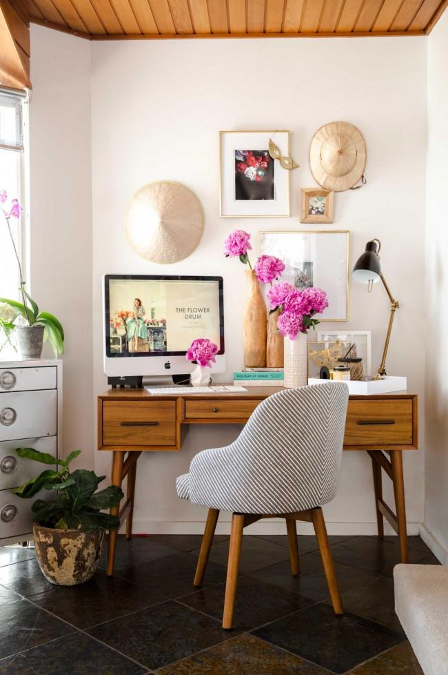 Живые цветы также станут отличным украшением рабочего места ребенка. На фото: стильный рабочий уголок в стиле 50-х с легкой, но добротной мебелью из массива дерева