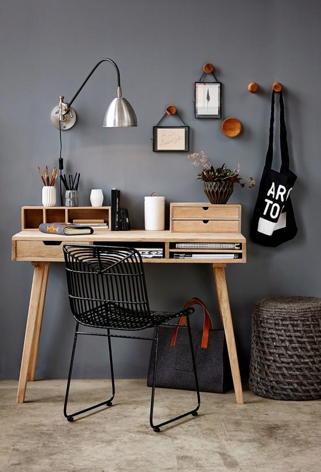 Аккуратный деревянный столик с отделениями в столешнице и полками на ее рабочей поверхности