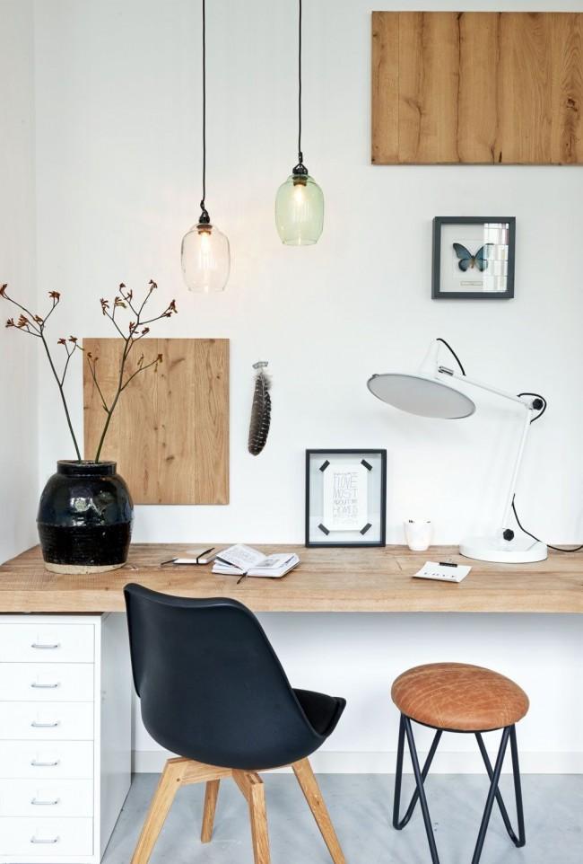 Органичное сочетание натурального дерева с черно-белым оформлением комнаты не будет отвлекать ребенка от выполнения домашнего задания