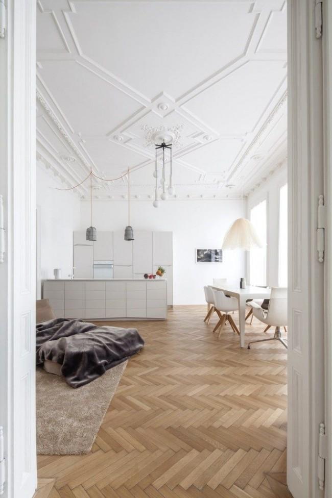 Утонченный дизайн студии с подвесным потолком, украшенным полиуретановой лепниной