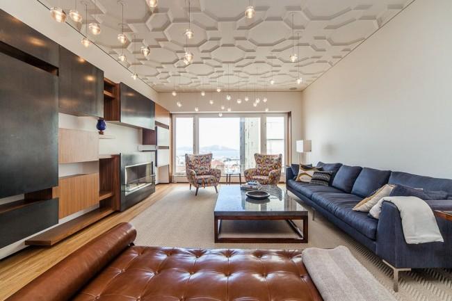 Изящный дизайн современной гостиной: подвесные светильники Bocci и декор всей площади потолка имитацией лепнины