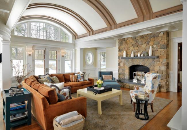 Потолок в зале совсем необязательно должен иметь стандартный вид. Он может быть в форме арок и принимать любые требуемые изгибы