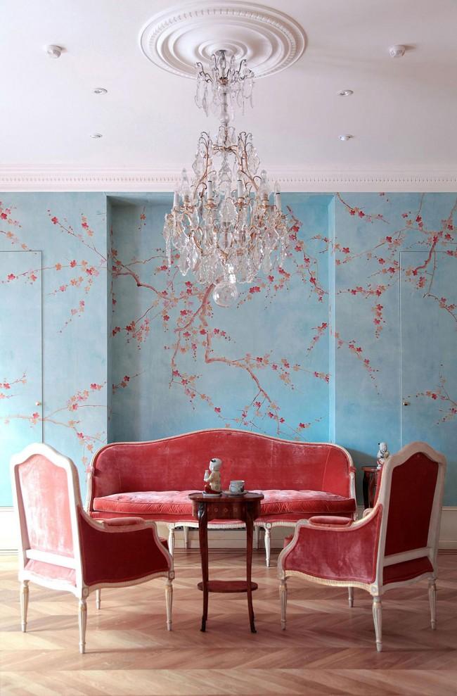 Софа и кресла с велюровой обивкой лососевого цвета в интерьере, оформленном в теме ориентализма