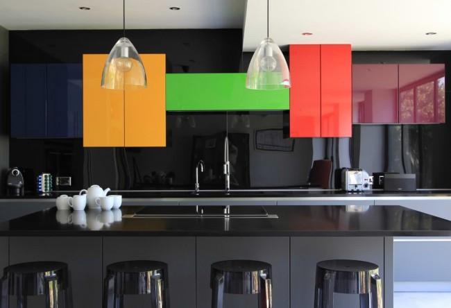 Color blocking в кухне с глянцевыми фасадами