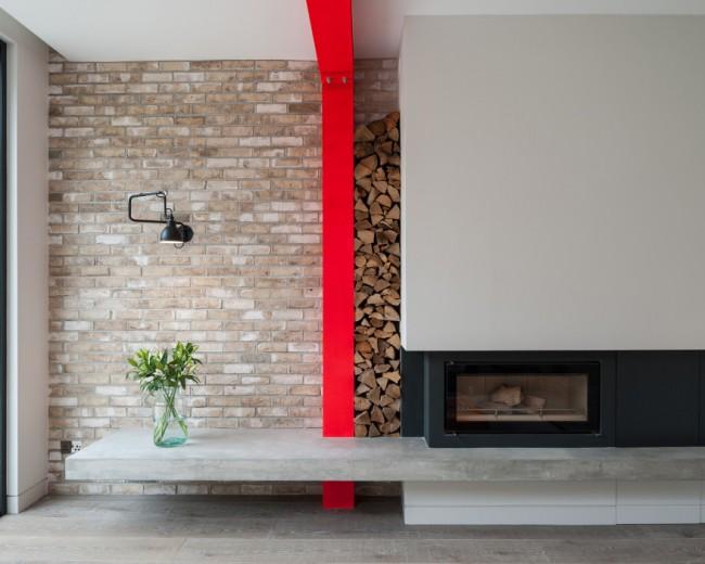 Приковывающий внимание, чисто декоративный штрих в интерьере: ярко-алая полоса, разделяющая стену и продолжающаяся по ригелю на потолке