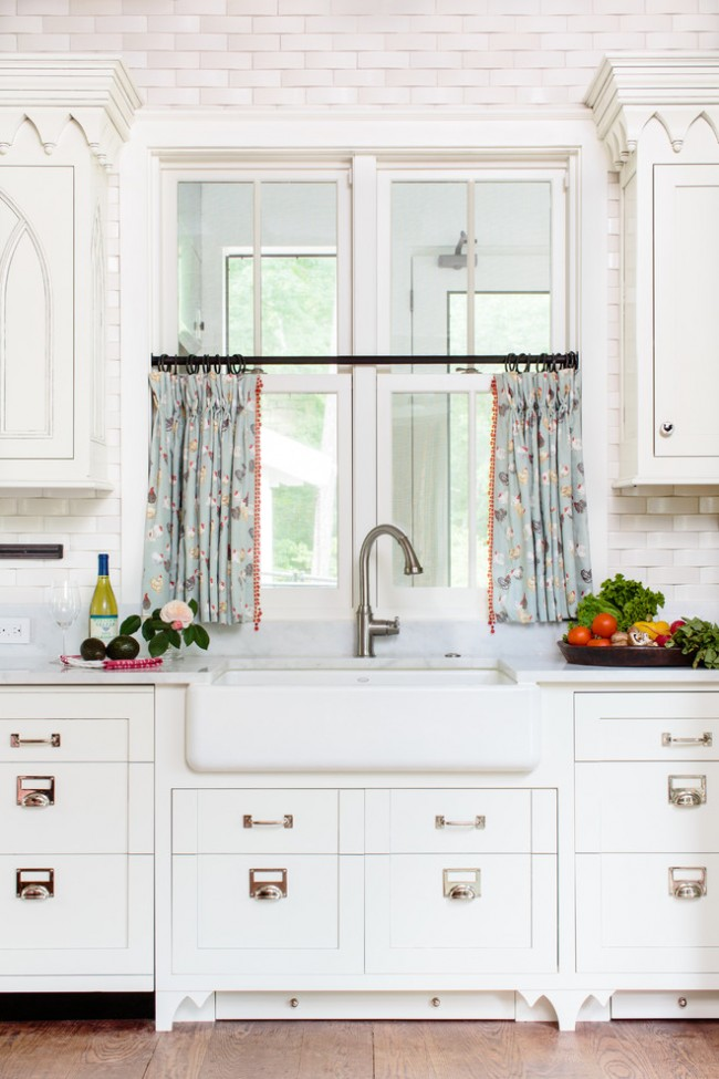 "Дизайн штор для кухни в стиле ""кафе"" на половину окна"