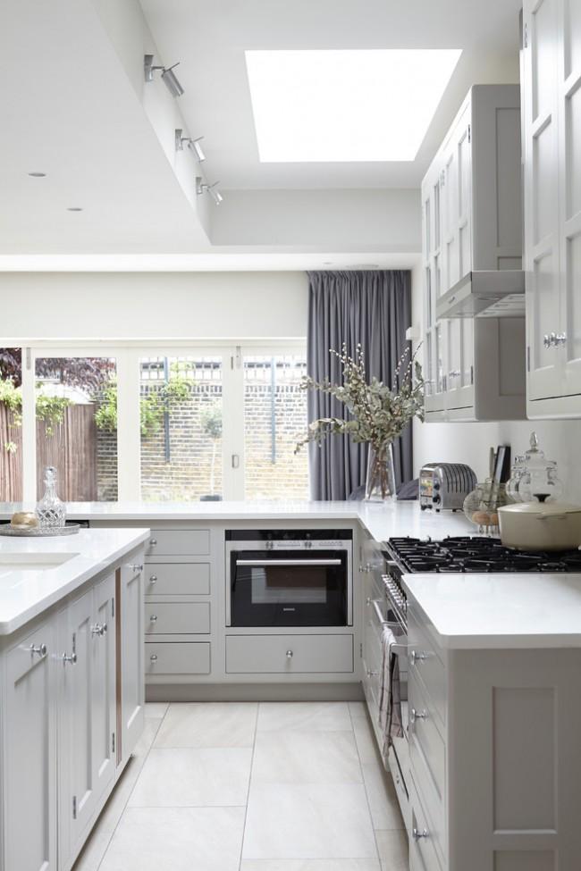 Плотная темная штора для кухни с большим количеством окон