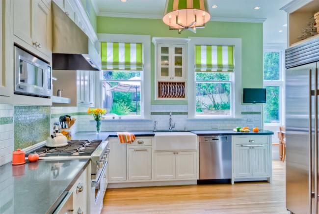 Яркие полосатые шторы в небольшой кухне