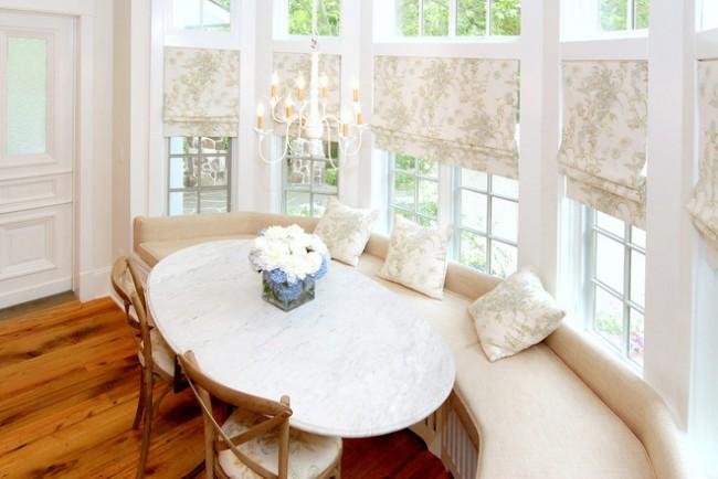 Штора и декоративные подушечки в обеденной зоне в стиле прованс из одного материала