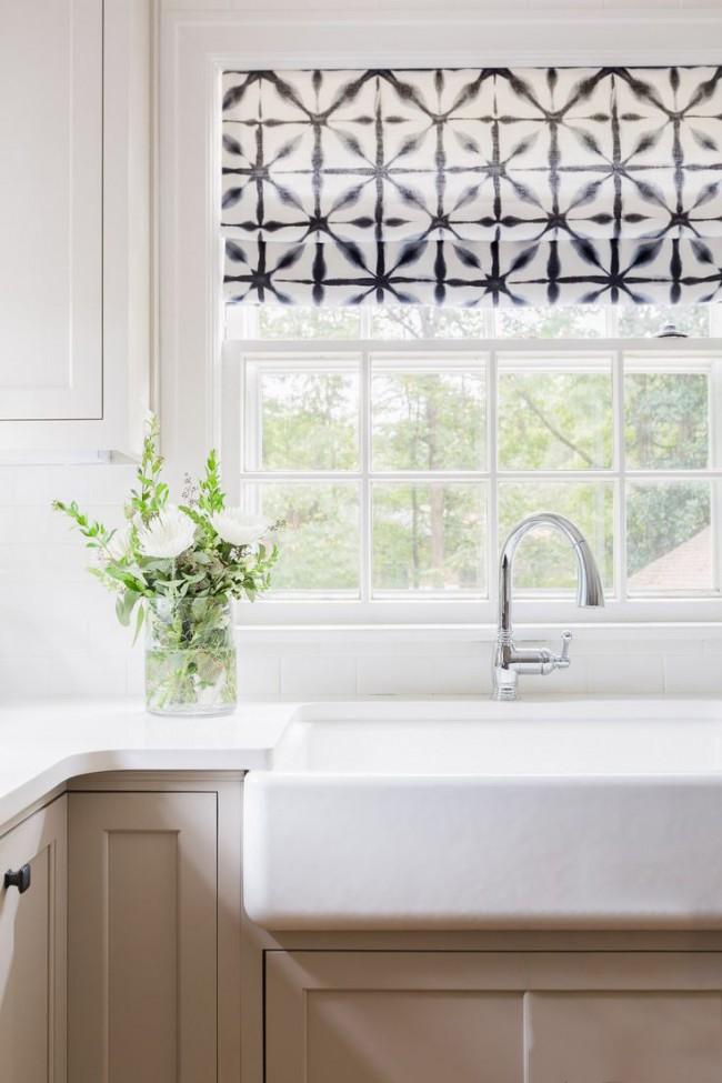 Классическая кухня, украшенная черно-белой шторой