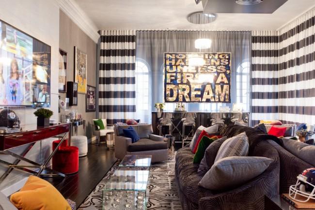 Широкая горизонтальная черно-белая полоса в эклектичном интерьере в доме молодых людей