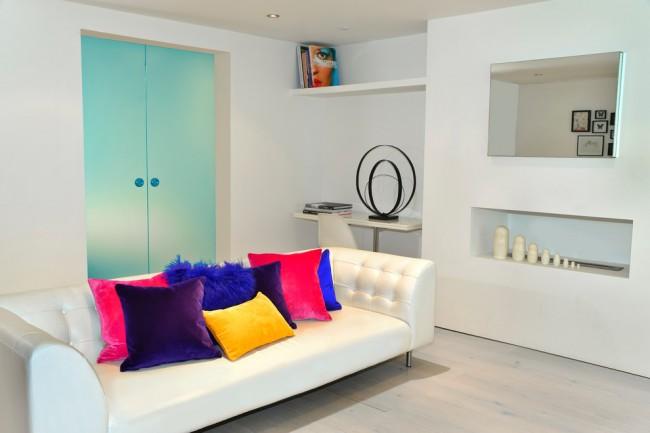 Яркие велюровые подушечки в белой комнате