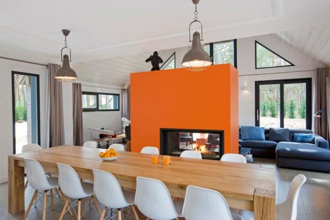 Теплая оранжевая перегородка с камином