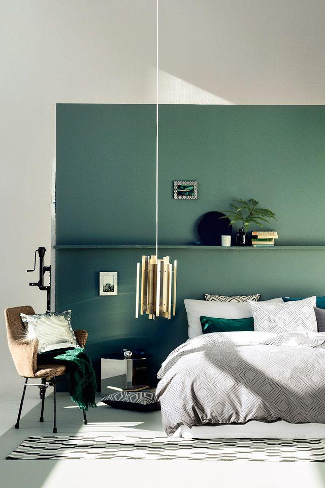 Релаксационный зеленый цвет в спальне у изголовья кровати