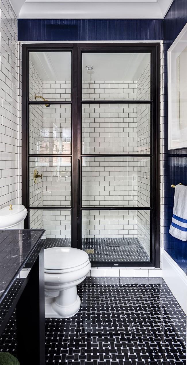 Скандинавский интерьер ванной: элегантные темно-синие элементы в черно-белом интерьере