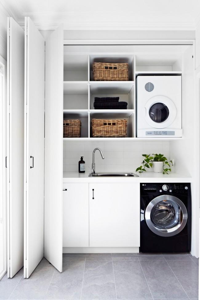 В просторном санузле можно эстетично организовать постирочную со всей необходимой техникой и корзинами для одежды и моющих средств