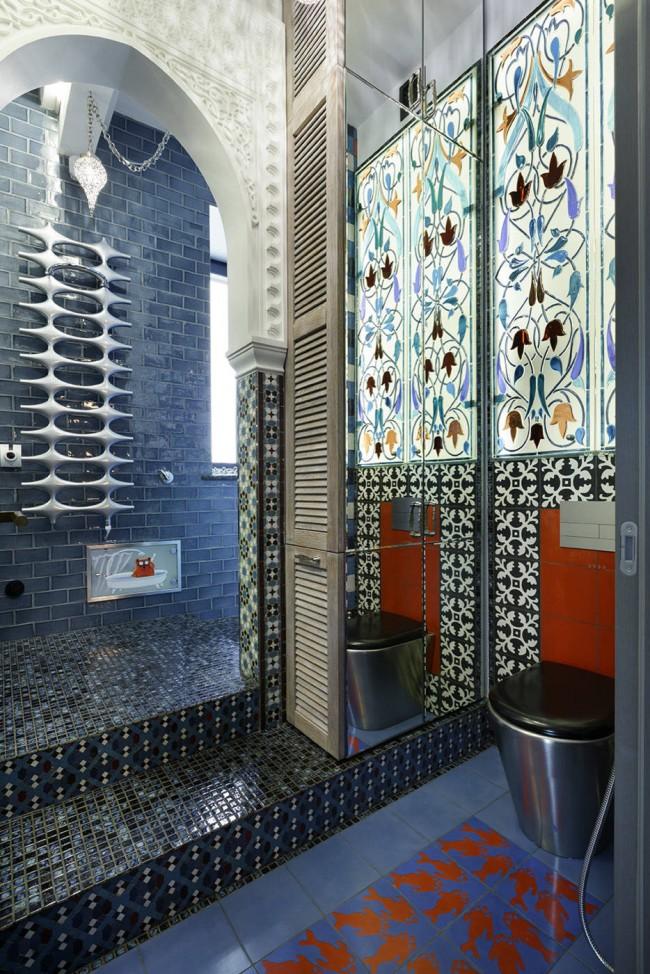 Эклектика: футуристичной формы полотенцесушитель, марокканские узоры плитки и витражи