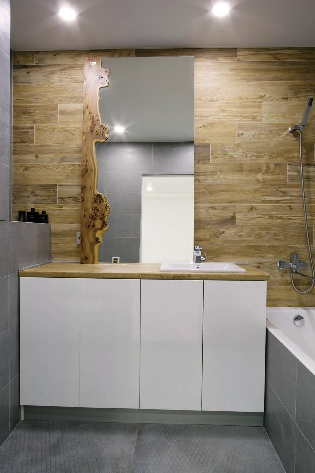 Компактная ванная в городской многоэтажке, древесная теплота которой дарит ощущение близости к природе