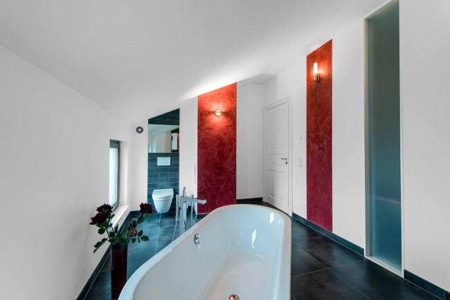 Бело-черно-красное сочетание цвета в просторной ванной