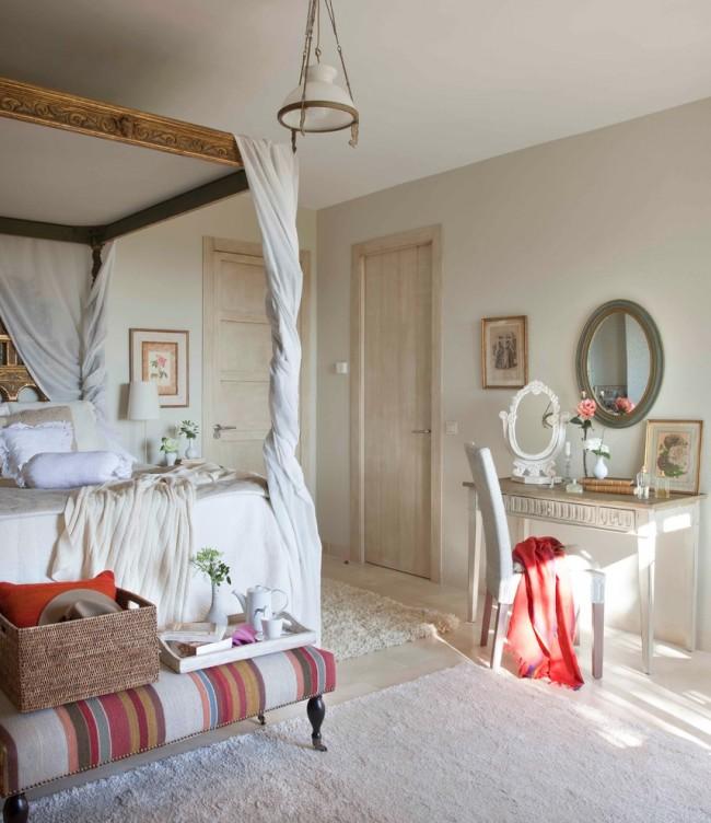 Спальня, оформленная в викторианском стиле нежных романтических оттенков
