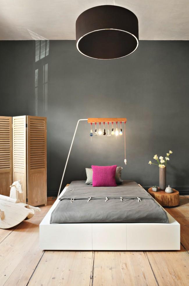 Спальня в стиле минимализм с темной выделенной стеной