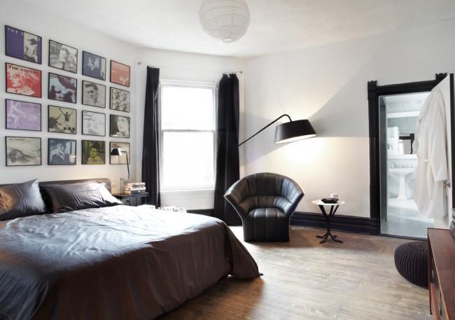 Мужская строгая спальня с кожаными элементами декора