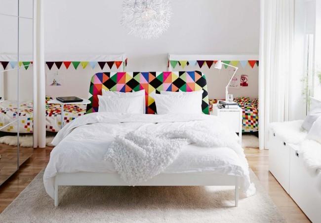 Белоснежная комната с яркими мозаичными узорами