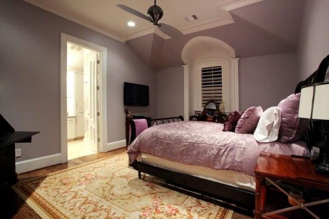 Пышное убранство кровати в бело-лавандовой цветовой гамме