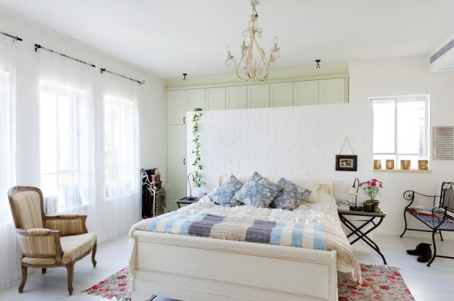 Спальня в деревенском стиле прованс с множеством милых аксессуаров