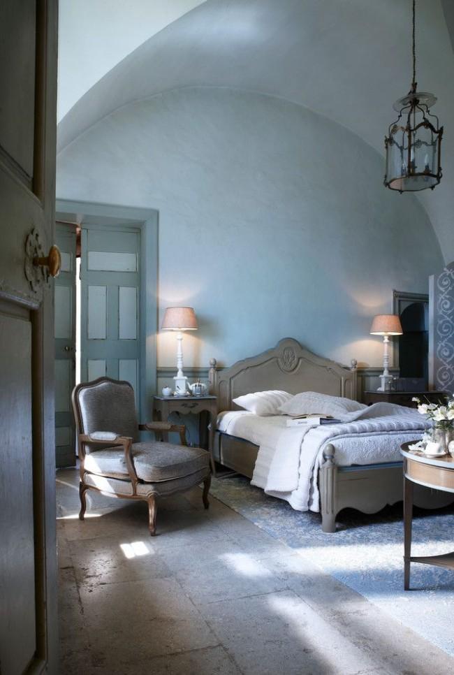Характерная грубая деревянная мебель и кованая люстра не отягощают самый романтический стиль прованс